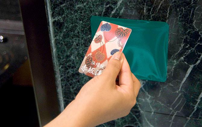 参拝口に入り、扉の右手にあるカードリーダーに参拝カードをかざします。