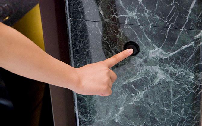 お帰りの際は終了ボタンを押していただきます。扉が閉まりお参りは終了します。