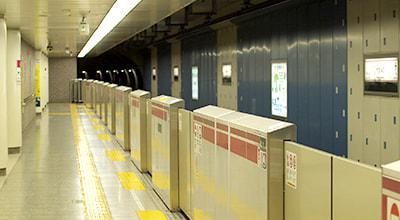 駅から徒歩2分、地下鉄6線利用可 写真